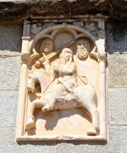 Check out the two decapitated-but-still-smiling heads of Moors above Giraldo the Fearless.