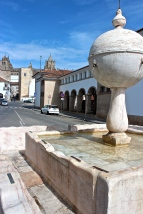 The fountain at the Largo da Porta de Moura (Gateway to the Moors) dates to the 16th century and was used for washing cattle and clothing, as the worn spots on the marble reveal.