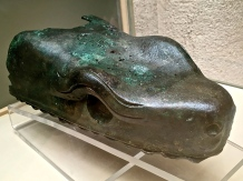 Only the upper jaw of one of the snakes from the serpent column is preserved in the Istanbul Archaeological Museum.
