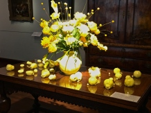 I loved this lemony arrangement of yellow-fringed parrot tulips with porcelain fruit scattered across the tabletop.