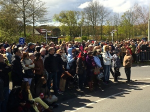 Hours before the flower parade was due, an unbelievable crowd had already formed along the roads leading to the Keukenhof.