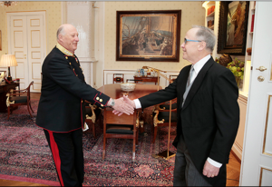 As part of any ambassadorial inauguration, the candidate must present his credentials to the head of state. Here, King Harald V formally accepts the accreditation of Samuel Heins as U.S. Ambassador to Norway. Photo by Scanpix.