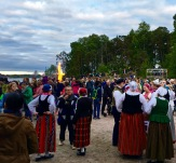 Can you imagine having your wedding witnessed by a giant crowd of traditionally dressed Finns? Definitely a celebrity moment.